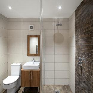 Immagine di una stanza da bagno padronale stile americano di medie dimensioni con zona vasca/doccia separata, piastrelle beige, pavimento con piastrelle in ceramica, lavabo a colonna, pavimento beige e doccia aperta