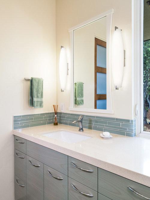 Salle de bain avec des portes de placard turquoises et un for Placard suspendu salle de bain
