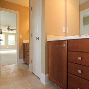 Immagine di una stanza da bagno classica di medie dimensioni con ante con riquadro incassato, ante in legno scuro, piastrelle beige, piastrelle in ceramica, pareti beige e pavimento con piastrelle in ceramica