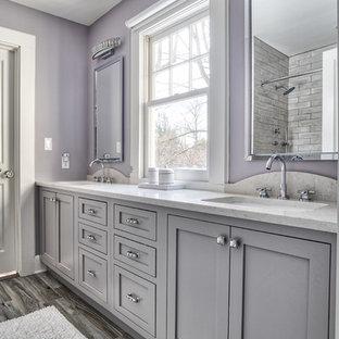 ニューヨークの中くらいのトラディショナルスタイルのおしゃれな子供用バスルーム (インセット扉のキャビネット、ドロップイン型浴槽、シャワー付き浴槽、一体型トイレ、グレーのタイル、セラミックタイル、紫の壁、アンダーカウンター洗面器、グレーの床、シャワーカーテン) の写真