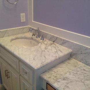 Пример оригинального дизайна: огромная детская ванная комната в классическом стиле с белыми фасадами, мраморной столешницей и фиолетовыми стенами