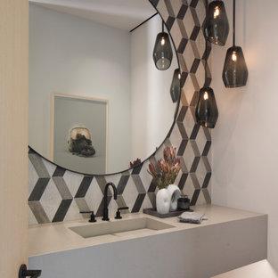 Ejemplo de cuarto de baño abovedado, rústico, con baldosas y/o azulejos blancas y negros, paredes blancas, suelo de cemento, lavabo encastrado, encimera de acrílico, suelo gris y encimeras grises