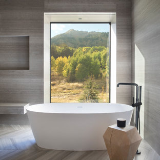 Idéer för att renovera ett mycket stort rustikt grå grått en-suite badrum, med släta luckor, skåp i mellenmörkt trä, ett fristående badkar, flerfärgad kakel, grå väggar, ett nedsänkt handfat, bänkskiva i betong och beiget golv