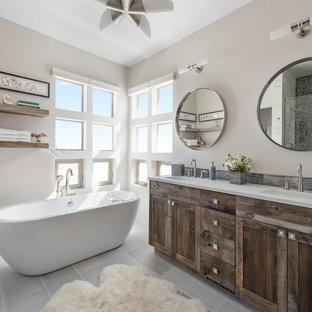 Salle de bain avec une plaque de galets et un sol en carreaux de ...