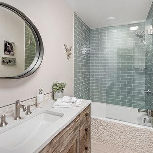 Ispirazione per una stanza da bagno con doccia stile rurale di medie dimensioni con ante in stile shaker, ante in legno bruno, vasca/doccia, piastrelle blu, piastrelle diamantate, pareti beige, pavimento in laminato, lavabo sottopiano, top in superficie solida, pavimento beige e doccia aperta