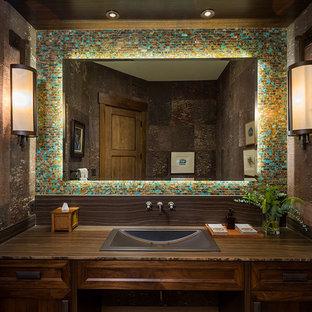 Foto de cuarto de baño principal, rústico, grande, con armarios estilo shaker, puertas de armario de madera en tonos medios, baldosas y/o azulejos azules, baldosas y/o azulejos marrones, baldosas y/o azulejos grises, baldosas y/o azulejos verdes, baldosas y/o azulejos multicolor, paredes marrones, lavabo integrado y encimera de madera