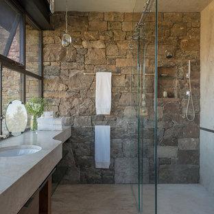 Esempio di una stanza da bagno con doccia rustica di medie dimensioni con doccia a filo pavimento, lavabo sottopiano e porta doccia scorrevole