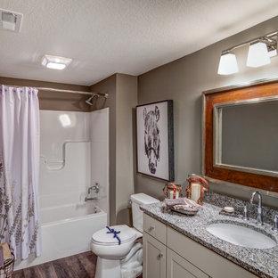 Esempio di una stanza da bagno stile americano con ante in stile shaker, ante beige, vasca da incasso, vasca/doccia, pareti marroni, parquet scuro, lavabo sottopiano e top in granito
