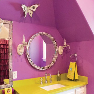 Cette image montre une salle de bain traditionnelle de taille moyenne pour enfant avec un placard avec porte à panneau surélevé, des portes de placard blanches, un combiné douche/baignoire, un carrelage multicolore, carrelage en mosaïque, un mur multicolore, un lavabo encastré, un plan de toilette en surface solide et un plan de toilette vert.