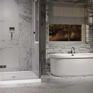 Стильный дизайн: главная ванная комната среднего размера в стиле современная классика с серой плиткой, отдельно стоящей ванной, душем в нише, каменной плиткой, серыми стенами, мраморным полом, белым полом и душем с распашными дверями - последний тренд