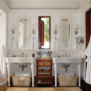 Immagine di una stanza da bagno tropicale con lavabo a consolle, piastrelle bianche e piastrelle diamantate