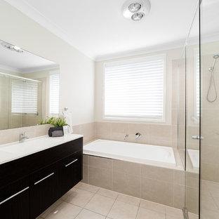 Esempio di una stanza da bagno chic di medie dimensioni con ante lisce, ante marroni, vasca ad alcova, piastrelle beige, piastrelle di cemento, pareti beige, pavimento con piastrelle in ceramica, top in quarzo composito, pavimento beige e top bianco