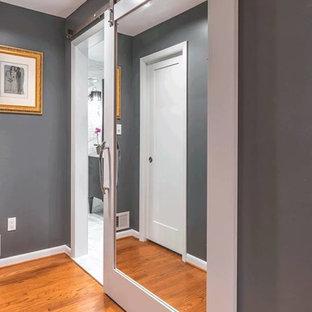 Mittelgroßes Modernes Badezimmer En Suite mit grauer Wandfarbe und hellem Holzboden in Washington, D.C.