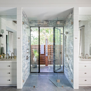 Bild på ett maritimt vit vitt en-suite badrum, med vita skåp, ett fristående badkar, en öppen dusch, vita väggar, marmorgolv, ett undermonterad handfat, marmorbänkskiva, rosa golv och med dusch som är öppen