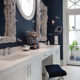Inspiration för klassiska en-suite badrum, med luckor med lamellpanel, vita skåp, vit kakel, vita väggar, marmorgolv, ett undermonterad handfat och bänkskiva i kvarts