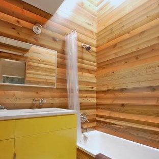 Imagen de cuarto de baño principal, asiático, de tamaño medio, con armarios con paneles lisos, puertas de armario amarillas, bañera encastrada, combinación de ducha y bañera, paredes marrones, lavabo bajoencimera, encimera de cuarcita y ducha con cortina