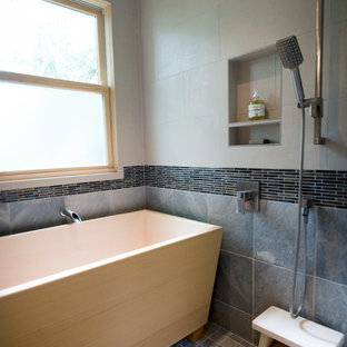 Salle de bain avec des portes de placard en bois clair et du ...