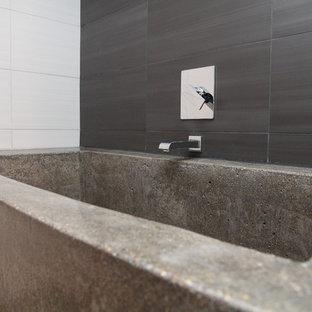 Foto di una stanza da bagno etnica di medie dimensioni con doccia doppia, piastrelle in ceramica, pavimento in cemento e vasca ad alcova