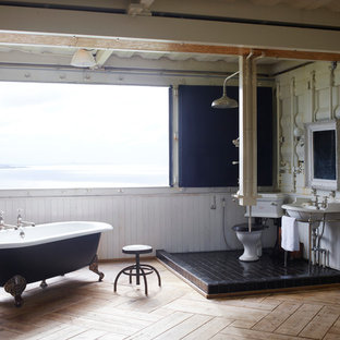 Large world-inspired bathroom in Fukuoka with a freestanding bath, a walk-in shower, black tiles, light hardwood flooring, a console sink, a two-piece toilet, white walls and an open shower.