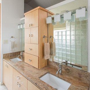 Mittelgroßes Asiatisches Badezimmer En Suite mit Unterbauwaschbecken, flächenbündigen Schrankfronten, hellen Holzschränken, Granit-Waschbecken/Waschtisch, beigefarbenen Fliesen, Porzellanfliesen, weißer Wandfarbe und Porzellan-Bodenfliesen in Austin