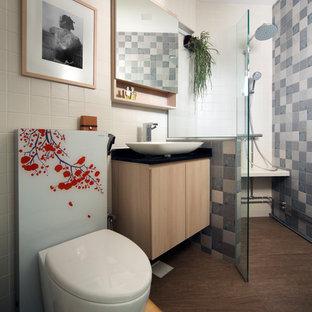 Idee per una stanza da bagno con doccia etnica con ante lisce, ante in legno chiaro, doccia ad angolo, WC monopezzo, piastrelle grigie, pareti bianche, parquet scuro, lavabo a bacinella, pavimento marrone, doccia aperta e top nero