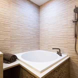 Ispirazione per una grande stanza da bagno padronale etnica con lavabo sottopiano, ante lisce, ante in legno scuro, top in marmo, vasca giapponese, doccia aperta, WC sospeso, piastrelle beige, piastrelle in ceramica, pareti beige e pavimento con piastrelle in ceramica
