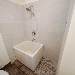 Foto de cuarto de baño principal, asiático, de tamaño medio, sin sin inodoro, con bañera exenta, baldosas y/o azulejos beige, baldosas y/o azulejos de porcelana y suelo multicolor