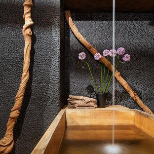 Modelo de cuarto de baño principal, asiático, con bañera japonesa y combinación de ducha y bañera