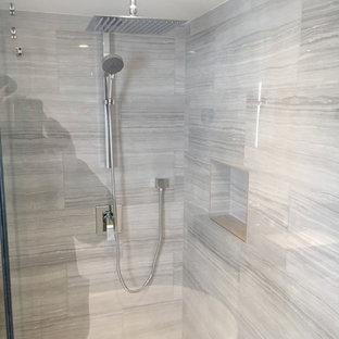 Mittelgroßes Modernes Duschbad mit Schrankfronten im Shaker-Stil, weißen Schränken, freistehender Badewanne, Eckdusche, Wandtoilette mit Spülkasten, grauen Fliesen, Keramikfliesen, grauer Wandfarbe, Keramikboden, Unterbauwaschbecken, Granit-Waschbecken/Waschtisch, grauem Boden und Falttür-Duschabtrennung in Toronto