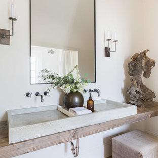 Idéer för ett lantligt beige badrum, med vita väggar, ljust trägolv, ett avlångt handfat, träbänkskiva och beiget golv
