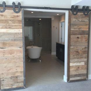 На фото: главная ванная комната среднего размера в стиле лофт с плоскими фасадами, темными деревянными фасадами, ванной на ножках, двойным душем, унитазом-моноблоком, белой плиткой, керамической плиткой, серыми стенами, полом из керамической плитки, врезной раковиной и мраморной столешницей с