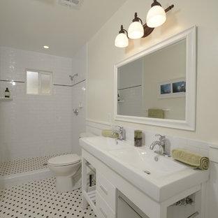 Inspiration för mellanstora amerikanska en-suite badrum, med öppna hyllor, vita skåp, vit kakel, tunnelbanekakel, en dusch i en alkov, en toalettstol med separat cisternkåpa, ett konsol handfat, vita väggar och klinkergolv i keramik