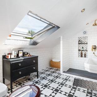 Foto di una stanza da bagno scandinava con consolle stile comò, ante nere, doccia alcova, piastrelle bianche, piastrelle diamantate, pareti bianche, lavabo a colonna e pavimento multicolore