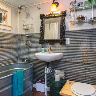 Idee per una piccola stanza da bagno padronale stile rurale con nessun'anta, vasca freestanding, vasca/doccia, WC monopezzo, piastrelle in metallo, parquet scuro e lavabo sospeso