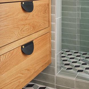 Esempio di una stanza da bagno padronale moderna di medie dimensioni con ante in legno chiaro, doccia alcova, piastrelle verdi, piastrelle in ceramica, pavimento con piastrelle in ceramica, pavimento multicolore, porta doccia a battente, top grigio e nicchia