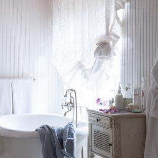Новый формат декора квартиры: главная ванная комната в стиле шебби-шик с отдельно стоящей ванной, белыми стенами и мраморным полом