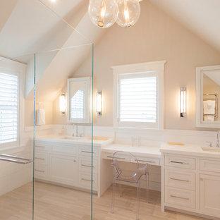 Esempio di una grande stanza da bagno padronale stile marino con lavabo sottopiano, ante in stile shaker, ante bianche, doccia a filo pavimento, pareti beige e parquet chiaro