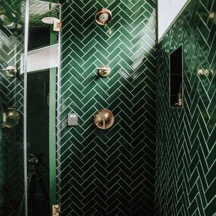Bild på ett mellanstort eklektiskt vit vitt badrum för barn, med gröna skåp, en dusch i en alkov, grön kakel, keramikplattor, klinkergolv i keramik, ett undermonterad handfat, grönt golv och dusch med gångjärnsdörr