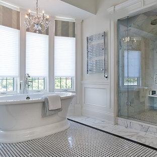 Idéer för att renovera ett stort vintage en-suite badrum, med ett fristående badkar, en dusch i en alkov, vit kakel, svart och vit kakel, marmorgolv och marmorkakel