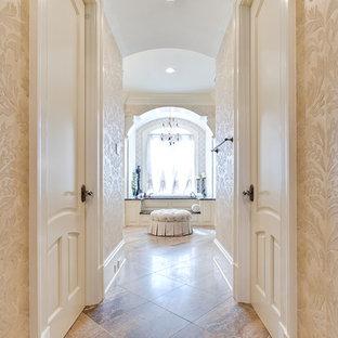 Idee per un'ampia sauna tradizionale con lavabo sottopiano, consolle stile comò, ante in legno scuro, top in granito, vasca da incasso, piastrelle marroni, piastrelle in pietra, pareti beige e pavimento in travertino