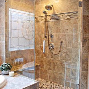 Неиссякаемый источник вдохновения для домашнего уюта: огромная главная ванная комната в современном стиле с врезной раковиной, фасадами с выступающей филенкой, фасадами цвета дерева среднего тона, столешницей из гранита, накладной ванной, угловым душем, унитазом-моноблоком, коричневой плиткой, керамогранитной плиткой, бежевыми стенами и полом из керамогранита