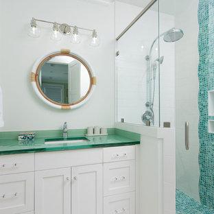 Foto de cuarto de baño infantil, costero, con armarios estilo shaker, puertas de armario blancas, ducha esquinera, baldosas y/o azulejos azules, baldosas y/o azulejos en mosaico, paredes blancas, lavabo bajoencimera, encimera de vidrio, suelo blanco, ducha con puerta con bisagras y encimeras verdes
