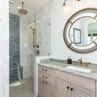 Immagine di una stanza da bagno con doccia stile marinaro con ante a persiana, ante beige, doccia alcova, piastrelle multicolore, pareti bianche, lavabo sottopiano, pavimento beige, porta doccia a battente e top multicolore