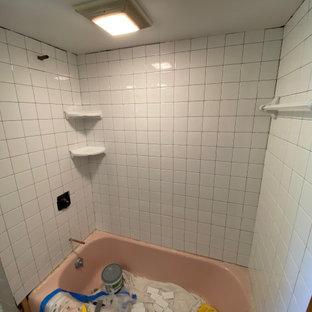 Стильный дизайн: маленькая главная ванная комната в стиле кантри с фасадами с выступающей филенкой, накладной ванной, открытым душем, унитазом-моноблоком, серой плиткой, керамической плиткой, розовыми стенами, полом из цементной плитки, накладной раковиной, столешницей из плитки, разноцветным полом, шторкой для ванной, розовой столешницей, тумбой под одну раковину и встроенной тумбой - последний тренд