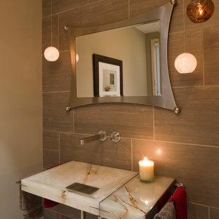 Ispirazione per una piccola stanza da bagno con doccia design con WC a due pezzi, piastrelle in gres porcellanato, pareti beige, lavabo sospeso, top in pietra calcarea e top multicolore