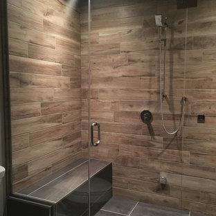 Modelo de cuarto de baño principal, rústico, de tamaño medio, sin sin inodoro, con bañera encastrada, sanitario de una pieza, paredes grises, suelo de baldosas de porcelana, suelo beige y ducha con puerta con bisagras