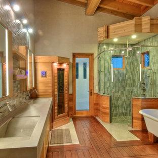 Idee per una grande stanza da bagno padronale country con top in cemento, vasca freestanding, doccia ad angolo, ante in legno scuro, WC monopezzo, piastrelle in ceramica, lavabo integrato, pavimento in legno massello medio e piastrelle verdi