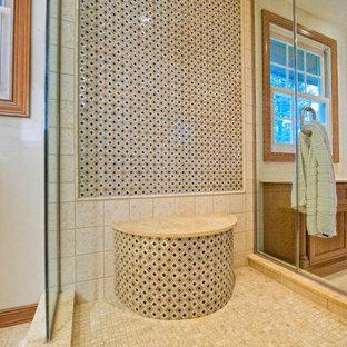 Стильный дизайн: огромная главная ванная комната в классическом стиле с фасадами с утопленной филенкой, фасадами цвета дерева среднего тона, душем в нише, унитазом-моноблоком, разноцветной плиткой, плиткой мозаикой, белыми стенами, полом из цементной плитки, врезной раковиной, столешницей из гранита, бежевым полом и душем с распашными дверями - последний тренд
