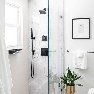 Esempio di una stanza da bagno con doccia minimal di medie dimensioni con ante lisce, ante nere, doccia ad angolo, WC monopezzo, piastrelle grigie, piastrelle bianche, piastrelle di marmo, pareti bianche, lavabo sottopiano, top in marmo, pavimento bianco, doccia aperta e top grigio
