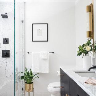 Immagine di una stanza da bagno con doccia design di medie dimensioni con ante lisce, ante nere, doccia ad angolo, WC monopezzo, piastrelle di marmo, pareti bianche, lavabo sottopiano, pavimento bianco, doccia aperta, piastrelle grigie, piastrelle bianche, top in marmo e top grigio